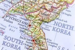 Geografisk översikt av Sydkorea och Nordkorea med viktiga städer Arkivbild