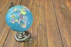 Geografiskt jordklot för värld på trätabellen arkivfoton