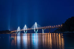 Geoje-Mautbrücke vom Ufer lizenzfreie stockbilder