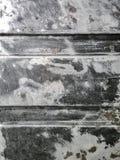 Geoli?de die metaaloppervlakte met roestvlekkenmiddel wordt behandeld royalty-vrije stock afbeelding