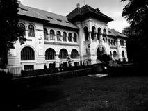 Geología Musem en la versión blanco y negro de Bucarest fotografía de archivo