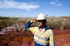Geologe auf dem aktiven Eisenerz-Erforschungs-Gebiet stockfotos