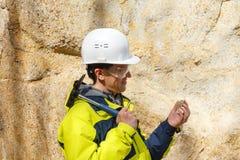 Geologe ?berpr?ft eine Probe von Steinim Freien stockfotos
