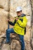 Geologe ?berpr?ft eine Probe von Steinim Freien lizenzfreie stockfotos