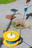 Geologe, der Inklinationskompasslesungen auf Straße, messende Steigungsstabilität nimmt stockbilder
