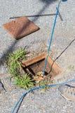 Geologe, der Inklinationskompasslesungen auf Straße, messende Steigungsstabilität nimmt stockfoto