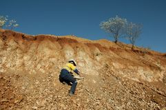 Geologe Hammering Rocks - Australien lizenzfreies stockbild