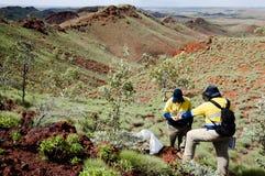 Geologe Prospecting für Eisenerz - Pilbara - Australien stockfoto