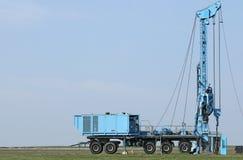 Geologia e veículo móvel do equipamento de perfuração da exploração petrolífera imagem de stock royalty free