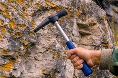Geological młot w ręce zdjęcie royalty free