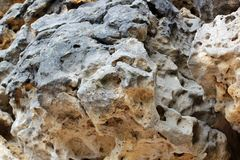 Geological warstwy ziemia - płatowaty rockowy tło rockowy warstwa cedziny Warstwa żółty piasek Skorupa ziemia Warstwy, łupek obraz royalty free