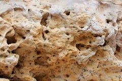 Geologische Erdschichten - überlagerter Felsenhintergrund Gesteinsschichtsediment Schicht von mit gelbem Sand Kruste der Erde Sch stockfotos