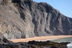 Geologische formatie op strand stock afbeelding