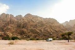 Geologische Landschaft von Saudi-Arabien Bergen gekennzeichnet von trockenem und von Rocky Mountains von Wadi Gin, Saudi-Arabien lizenzfreies stockbild