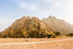 Geologische Landschaft von Saudi-Arabien Bergen gekennzeichnet von trockenem und von Rocky Mountains von Wadi Gin, Saudi-Arabien stockbild