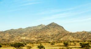 Geologische Landschaft von Saudi-Arabien Bergen gekennzeichnet von trockenem und von Rocky Mountains von Wadi Gin, Saudi-Arabien stockfotos