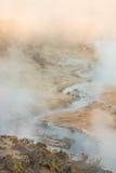 Geologisk plats för kokande vulkanisk varm liten vik nära kolossala sjöar på en vintermorgon arkivfoto