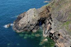 Geologisk studie och seascape av klippor, pembrokeshire, Wales Fotografering för Bildbyråer