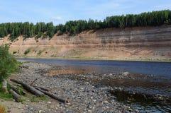 Geologisk utlöpare på flodstranden Arkivbilder