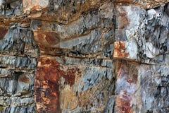 Geologiska lager av i lager jord - vagga bakgrund Royaltyfri Bild