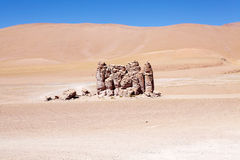 Geologiska monoliter nästan Salar Taraen, Chile arkivfoton