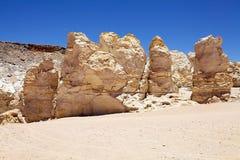 Geologiska monoliter nästan Salar Taraen, Chile royaltyfria bilder