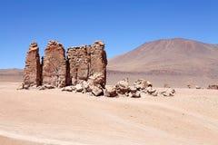 Geologiska monoliter nästan Salar Taraen, Chile royaltyfri fotografi