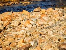 Geologiskt vaggar och floden i naturlig broslinga arkivfoto