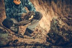 Geoloog Checking de Grond stock afbeeldingen