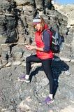 Geoloog dichtbij de heuvel stock foto