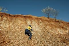 Geoloog Hammering Rocks - Australië royalty-vrije stock afbeelding
