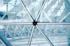Geometría de aluminio del triángulo de las estructuras de edificio en fachada fotografía de archivo libre de regalías