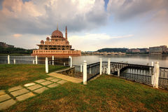 Geometría de la mezquita de Putra Imágenes de archivo libres de regalías