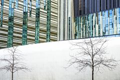 Geometri av staden, de moderna byggnaderna av exponeringsglas och metallen, träd utan sidor på en vit bakgrund Modern och abstrak Arkivfoto