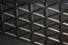 Geometria de concreto e de vidro construção moderna, beleza nos detalhes Fundo dos triângulos strictness do foto de stock royalty free