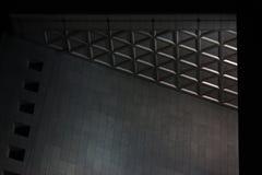 Geometria de concreto e de vidro construção moderna, beleza nos detalhes Fundo dos triângulos strictness do fotografia de stock