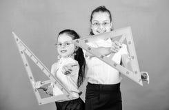 Geometria faworyta temat Edukacja i szko?y poj?cie Szkolni ucznie uczy si? geometri? Dzieciaka mundurka szkolnego ziele? zdjęcie royalty free