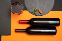 Geometria skład wino korek na czerń łupku desce z szkłem wino i butelka na kolorowym tle zdjęcia royalty free