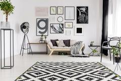 Geometrical dywanik w żywym pokoju zdjęcia stock