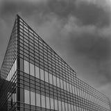 Geometricaly moderno deu forma à construção que aponta para o céu imagens de stock