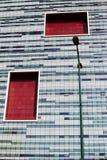 Geometrie in der zeitgenössischen Architektur Glasfenster und Straße stockbilder