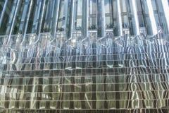 Geometrisch patroon van gebreken bezinningen in de spiegelvensters van de moderne bouw royalty-vrije stock foto's