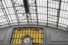 Geometrische abstrakte Architektur mit einer Uhr Stockbild