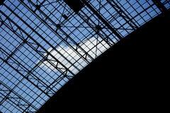 Geometrische abstrakte Architektur mit Himmel am Hintergrund Stockfoto