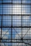 Geometrische abstrakte Architektur mit Himmel am Hintergrund Lizenzfreie Stockfotografie