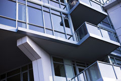Geometrische architectuur van moderne stad die grotesk ontwerp bouwen Stock Foto's