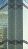 Geometrische Auslegungen der goldenen Glaswand Stockbild
