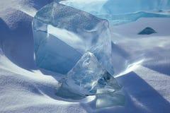 Geometrische Bildungen des blauen Eises im Schnee Stockfotografie