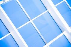 Geometrische blauwe abstracte achtergrond met driehoeken en lijnen Stock Afbeeldingen