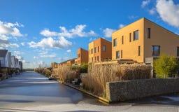 Geometrische Familienhäuser auf der Ufergegend Lizenzfreies Stockfoto